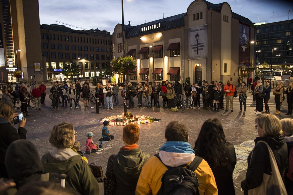Helsingin Asema-aukiolla järjestettiin muistotilaisuus 18. syyskuuta.