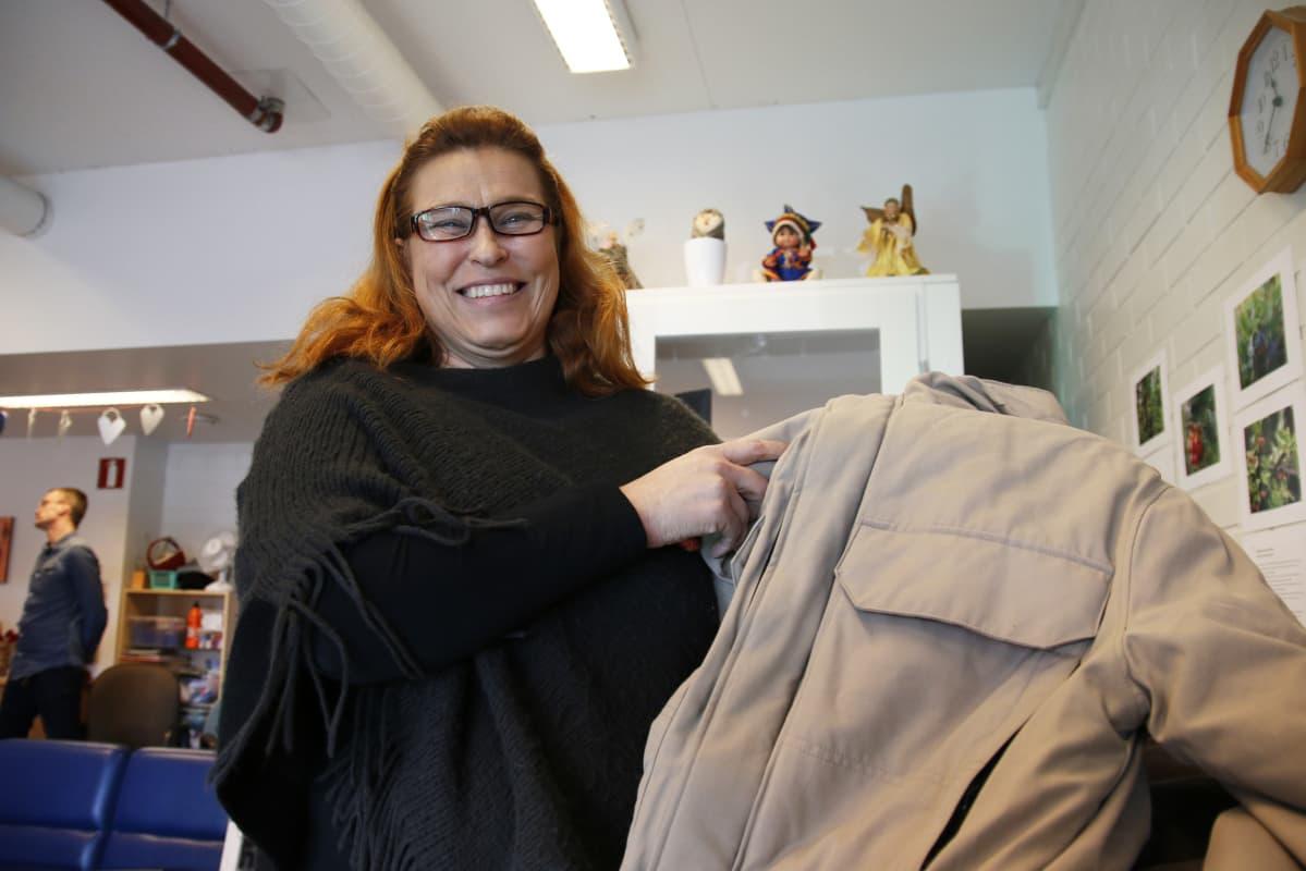 Lahjoitus lämmittää sekä takin saajaa että antajaa, asukasasiamies Maarit Alikoski muistuttaa.