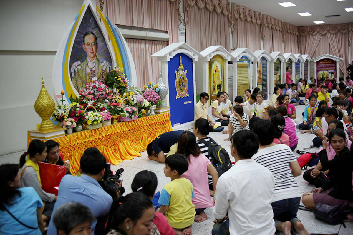 Thaimaalaiset osoittavat kunnioitusta kuninkaalleen hänen kuolemansa jälkeen.