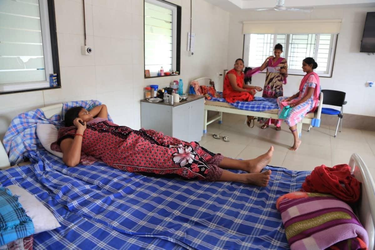 Anandissa Länsi-Intiassa sijaitsevaa Akanksha-klinikkaa pidetään sijaissynnytysten esimerkkilaitoksena. Parhaillaan siellä on asiakkaina noin 50 kohtunsa vuokrannutta naista.