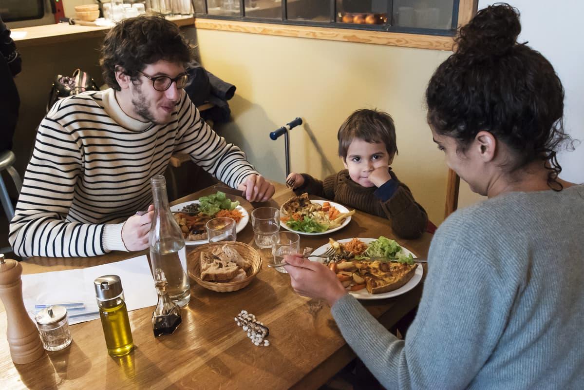 Pariisilainen Basile perheineen syömässä.