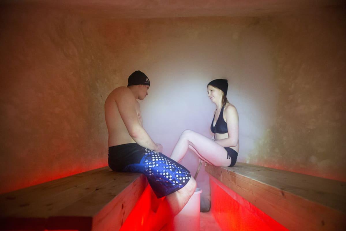 Lumesta tehty sauna.
