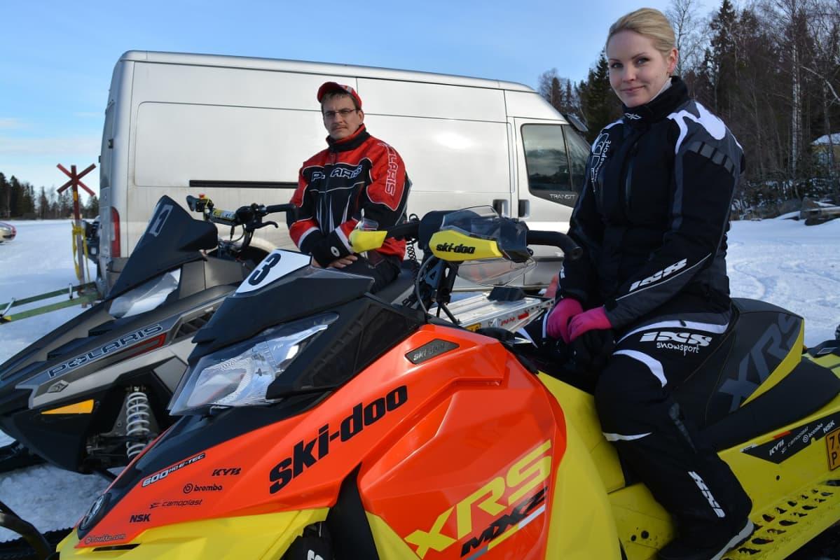 Martin Kock kisaa Polariksellaan 800-kuutioisissa ja Jennie Nieminen 600-kuutioisissa.