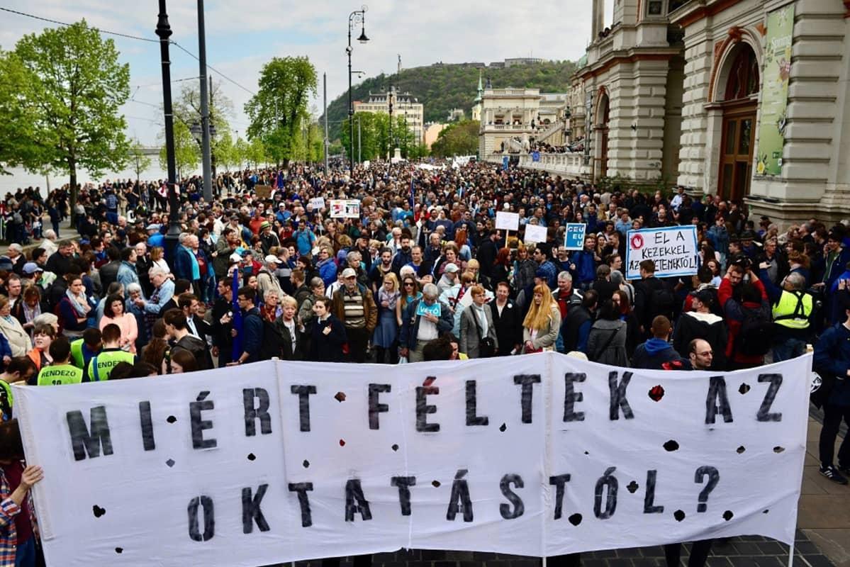 """""""Miksi pelkäätte koulutusta?"""", mielenosoittajat kysyvät Budapestissä 9. huhtikuuta 2017."""