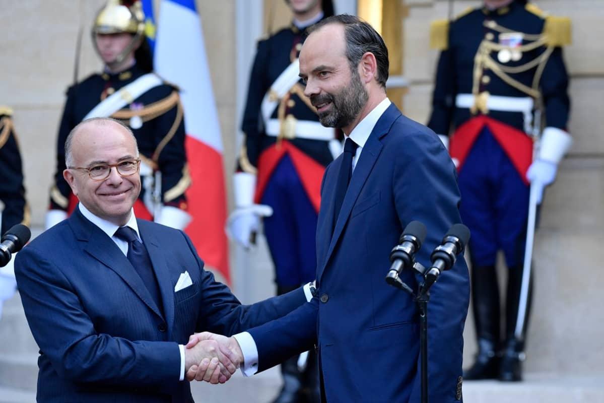 Philippe ja Cazeneuve kättelevät