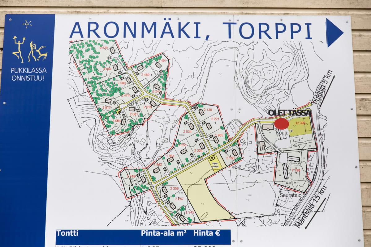 Aronmäen kaava-alueen havainnekartta Torpin kyläkoulun seinässä.