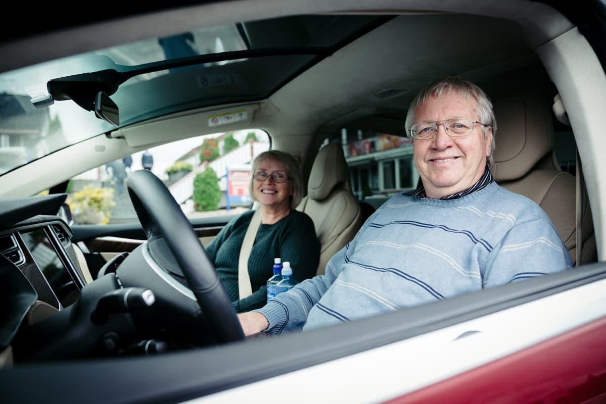 Laila ja Sven Gustavsen istuvat autossa.