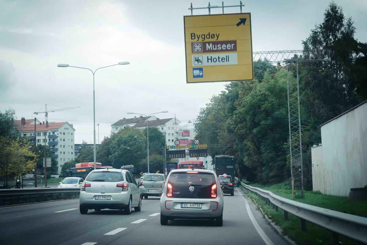 Sähköautoja liikenteessä.