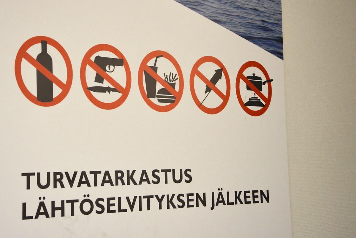 Turvatarkastuksista kertova kyltti Viking Linen terminaalissa Turussa.