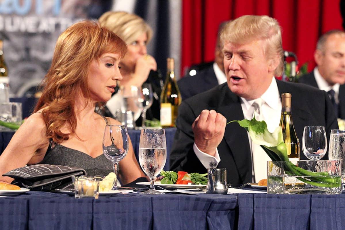 Kathy Griffin Donald Trumpin kanssa illallisjuhlissa vuonna 2011.