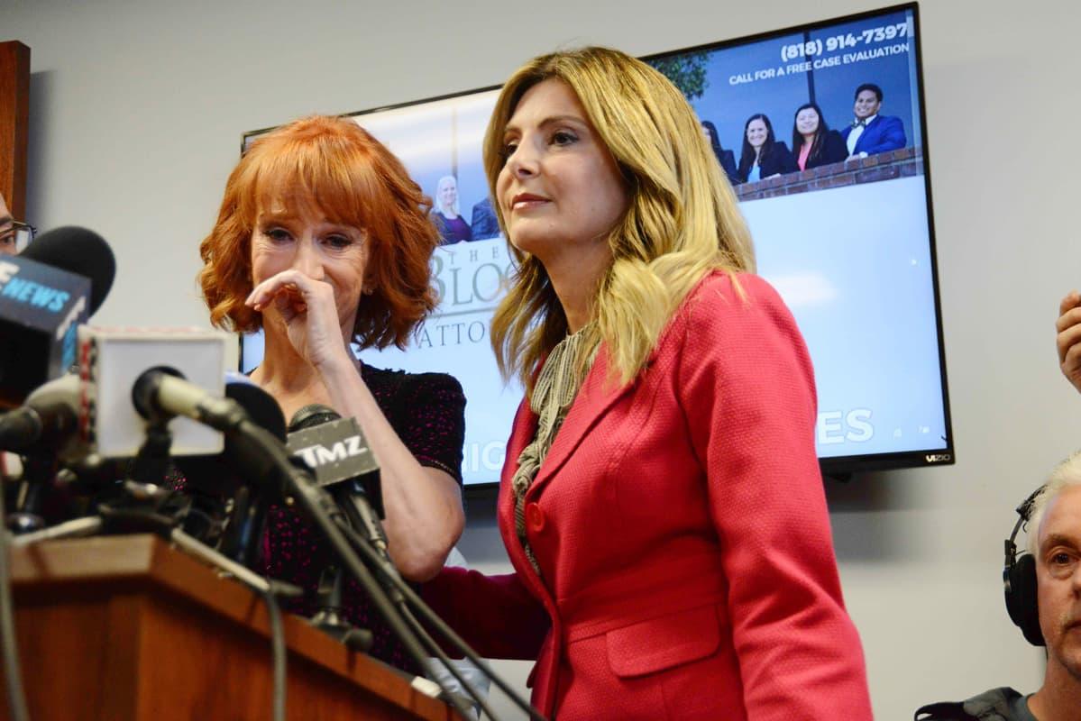Kathy Griffin asianajajansa Lisa Bloomin kanssa Los Angelesissa 2. kesäkuuta.