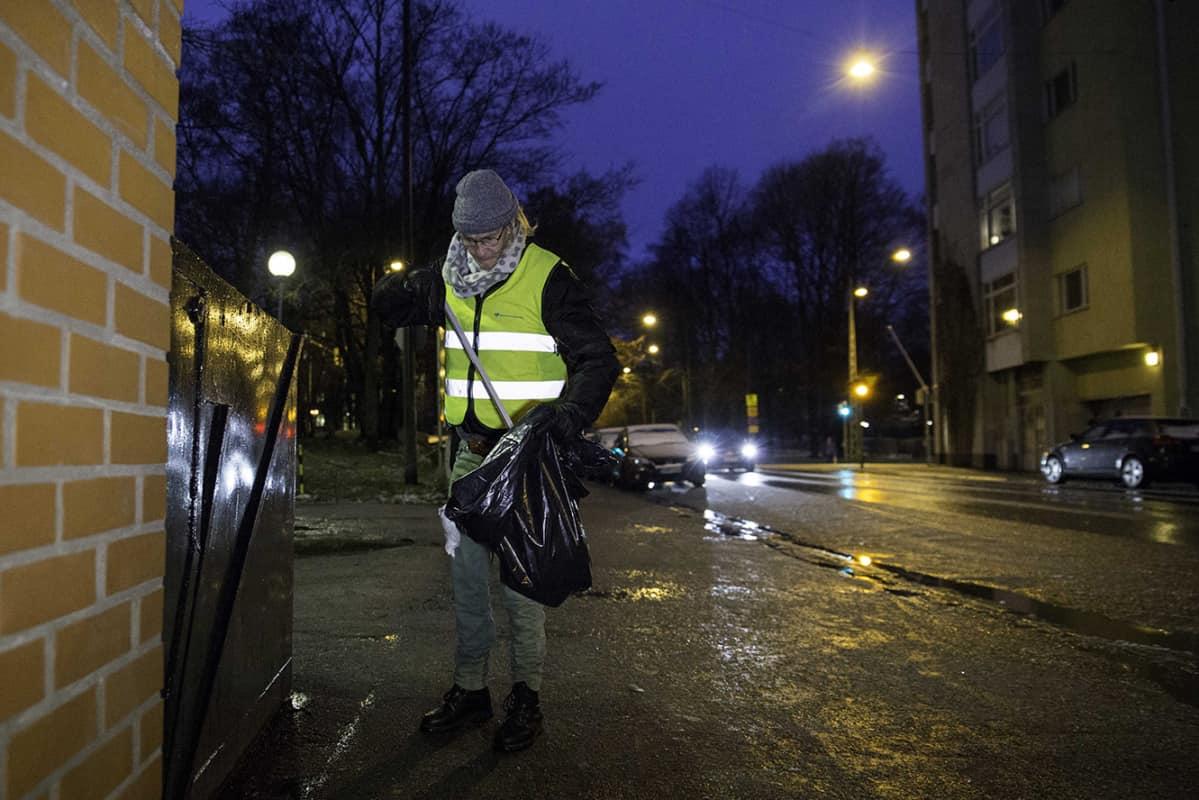 Hannu Kalliokoski siivoaa kotitalonsa Ruusulankatu 10:n lähiympäristöä Helsingin Töölössä.