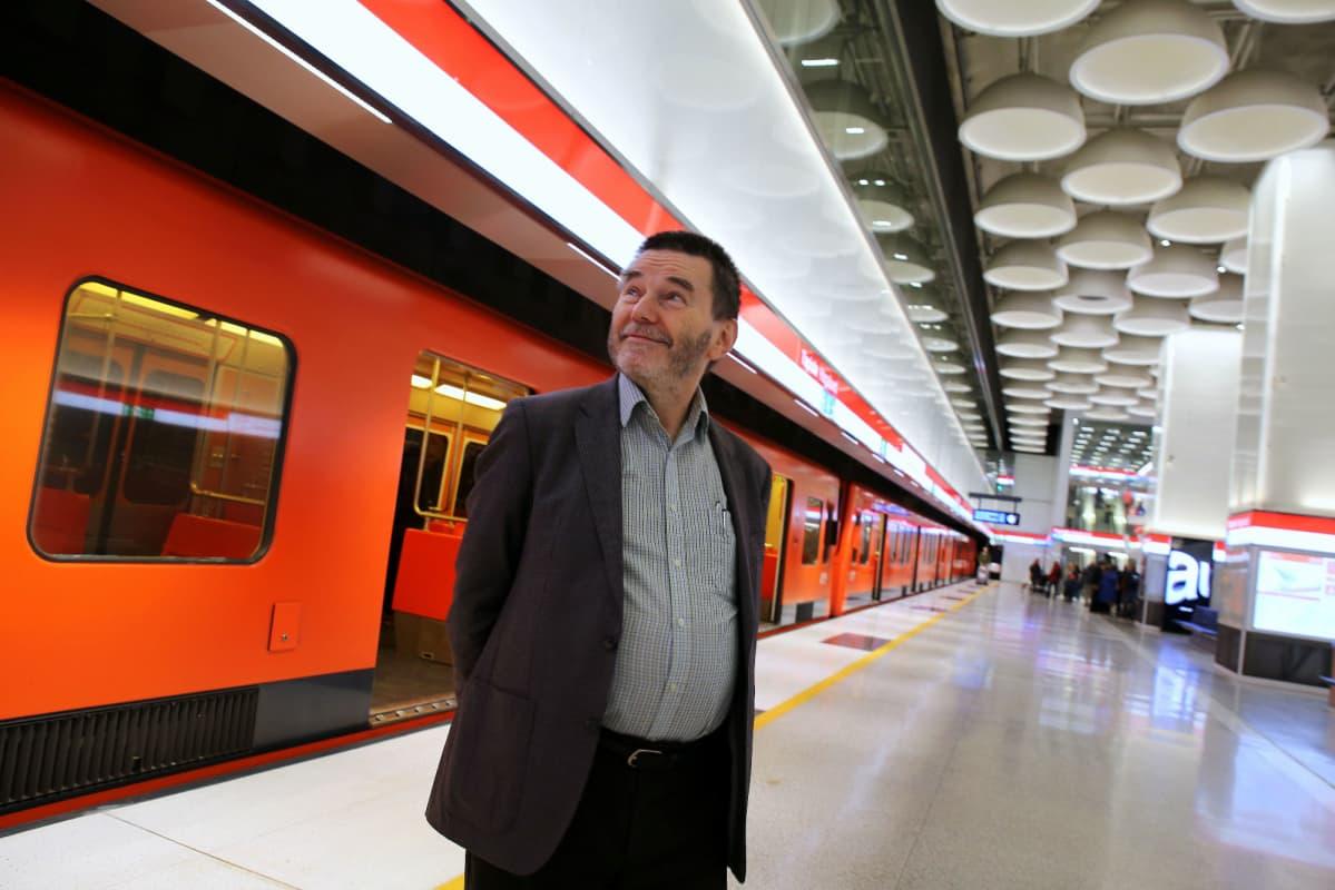 Raideliikenneasiantuntija Antero Alkun mukaan länsimetro olisi kannattanut rakentaa maan päälle, ei tunneliin.