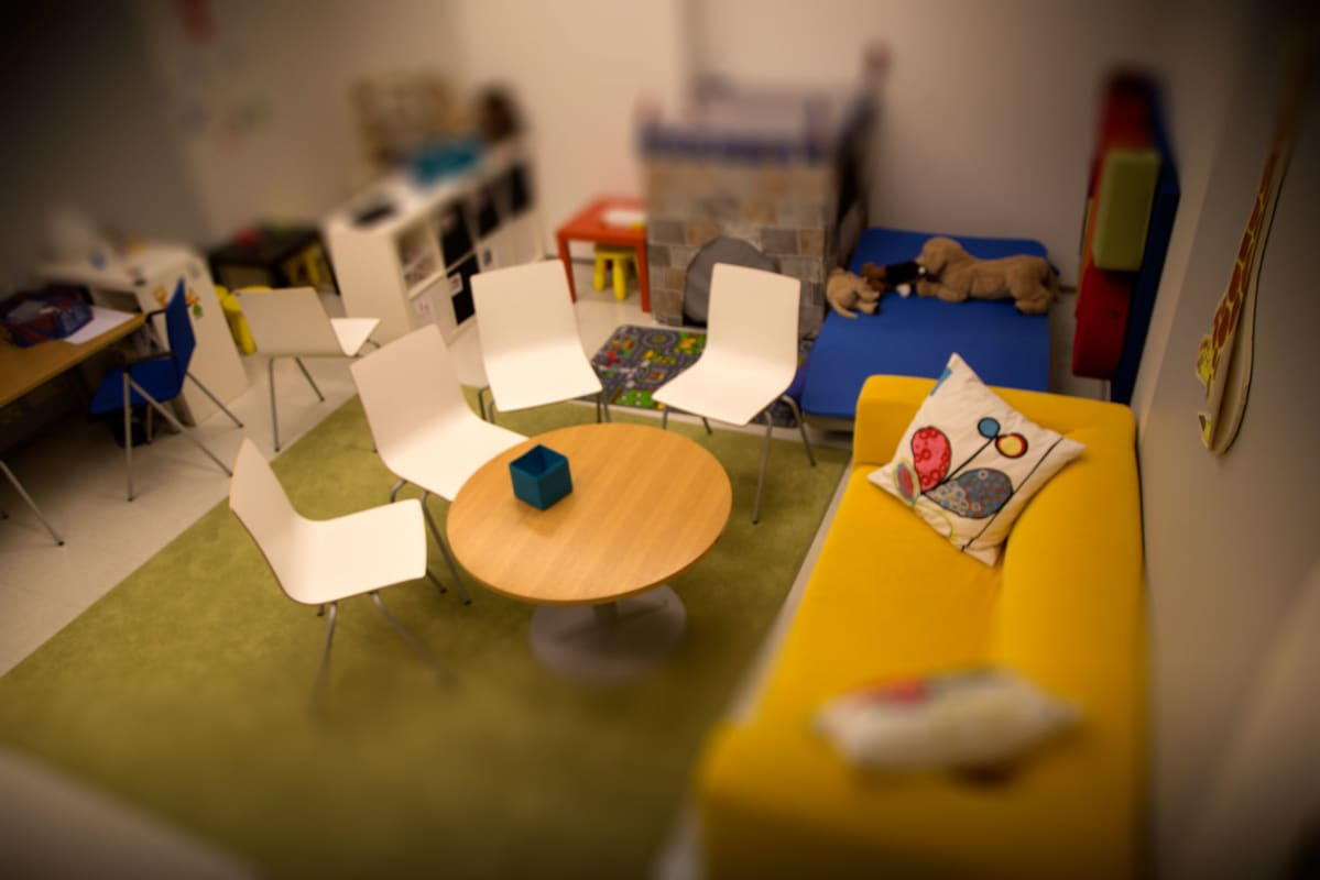 Lastenpsykiatrian avohoitoyksikön terapiahuone Espoossa.