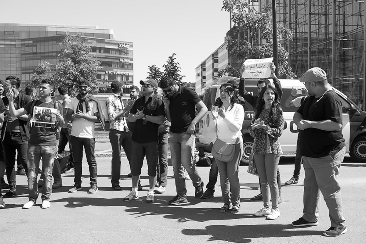 Sahar ja Haneen Jameel osallitsuivat mielenosoitukseen Kansalaistorilla toukokuussa 2016.