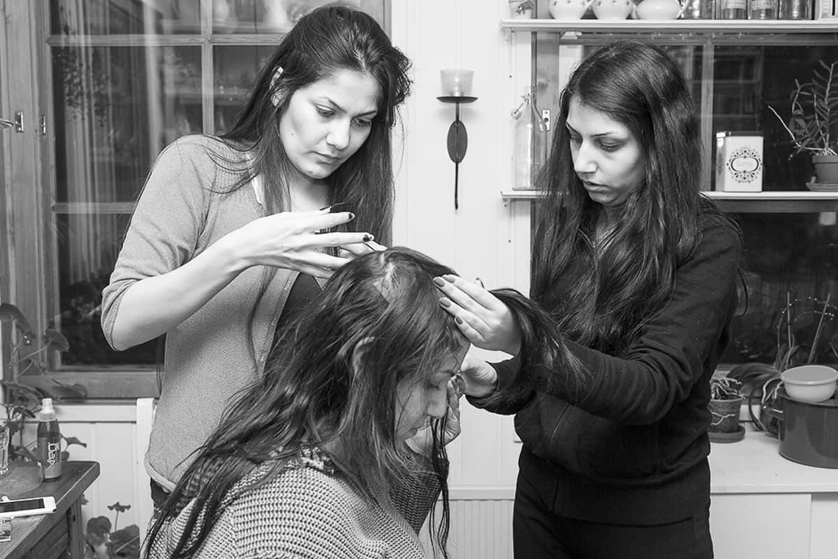 Ulkonäöstä huolehtiminen on tärkeää irakilaisille naisille. Sisko ja pikkuserkku laittavat pidennyksiä Jameelin hiuksiin.
