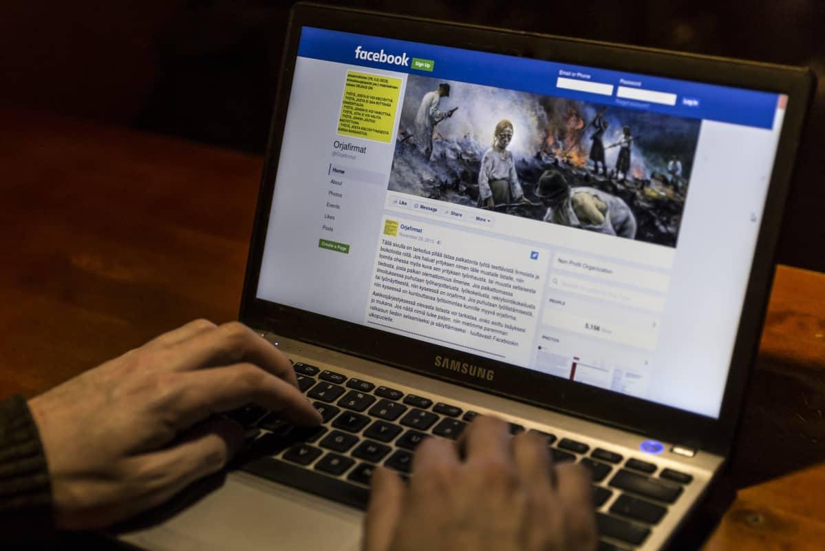 Anonyymi mieshenkilö selaa Orjafirmat-sivua Facebookissa.