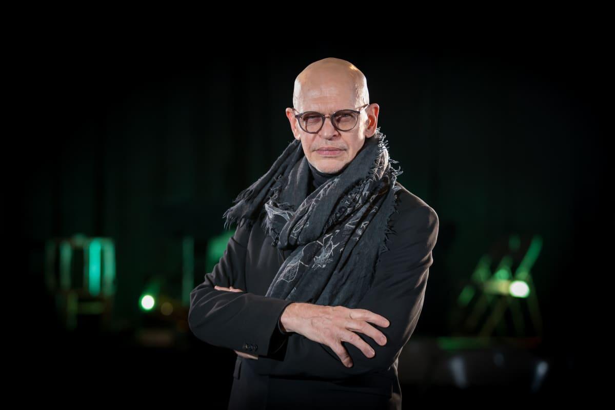 Tanssija Jorma Uotinen siviiliasussa, Compañía Kaari & Roni Martinin tanssiteos Anna Karenina, Circo, Suvilahti, 15.3.2018.