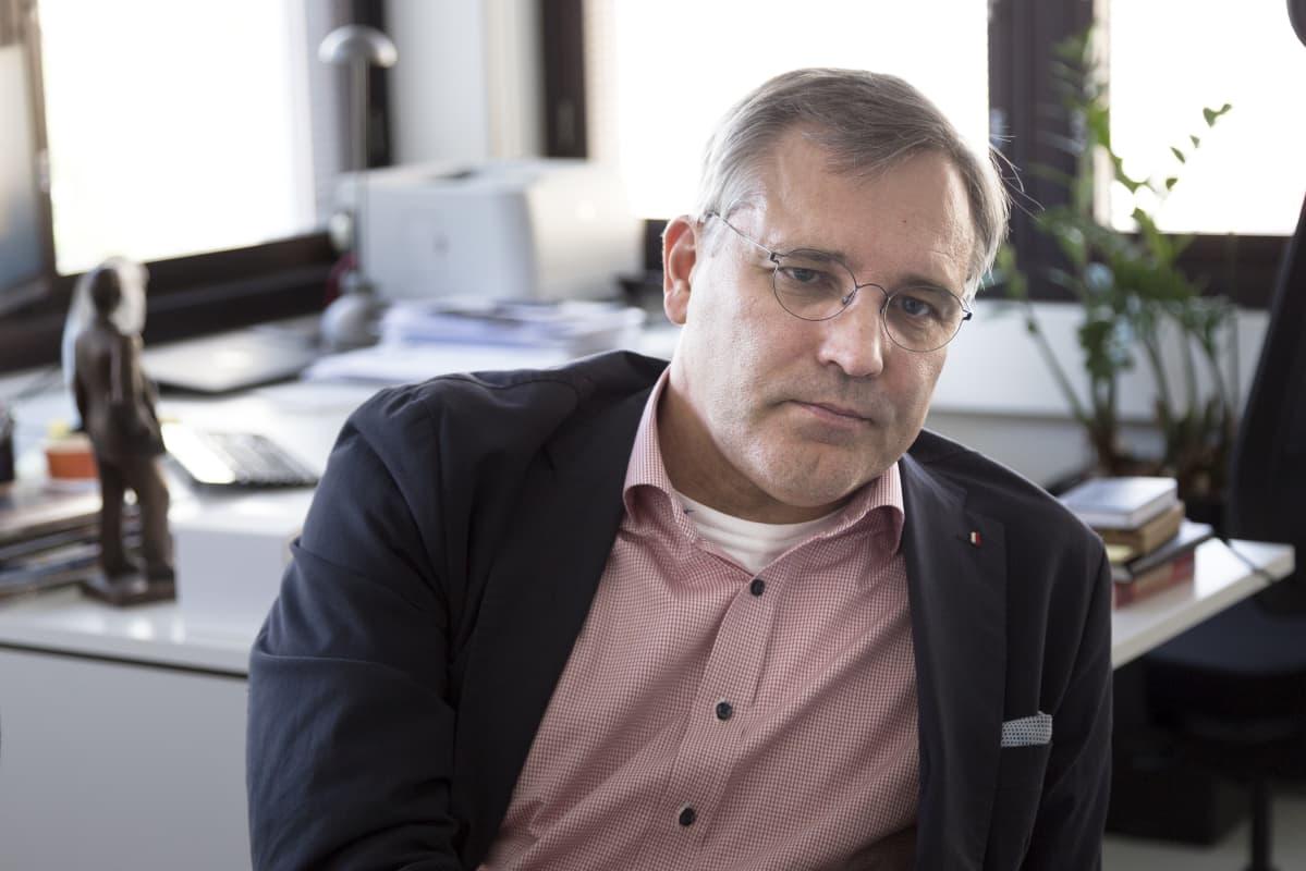 Mikael Pentikäinen lähikuvassa toimistossaan.