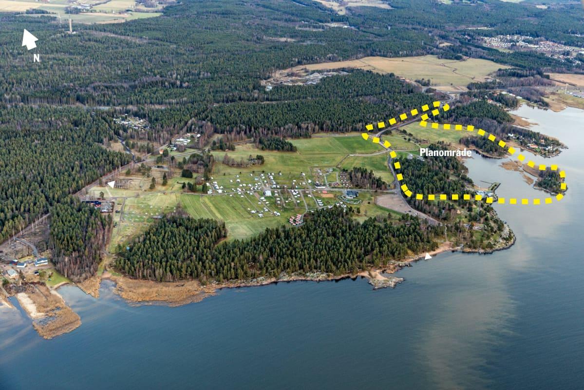 En flygbild över Skutberget vid Vänern, där Muminvärlden planerar att öppna en sagovärld.
