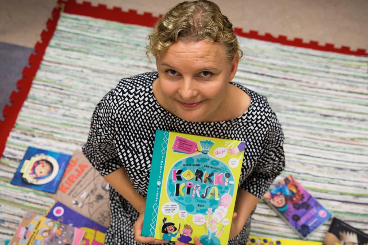 lastenkirjailija Vuokko Hurme Tuusulan kirjaston lasten tietokirjapäivänä