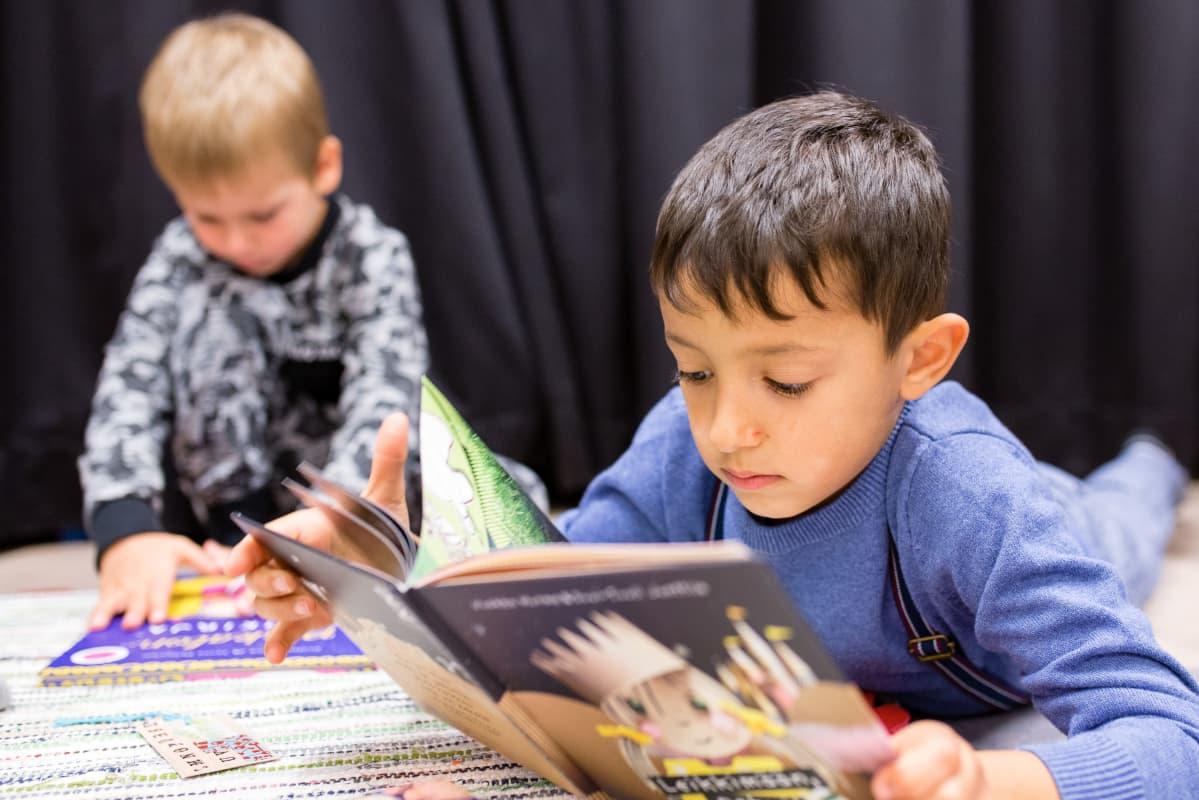 lapset tutkivat kirjoja lasten tietokirjapäivänä Tuusulan kirjastossa