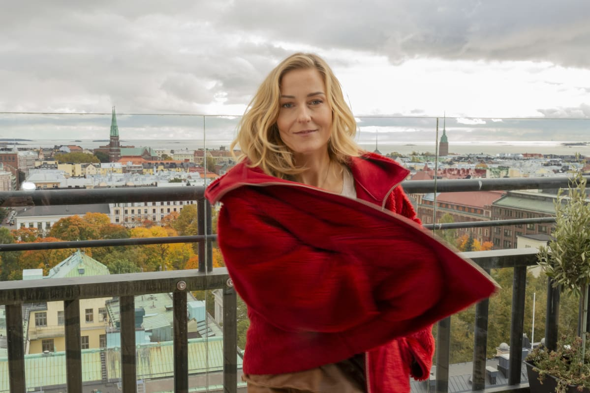 Mariska punaisessa takissa.