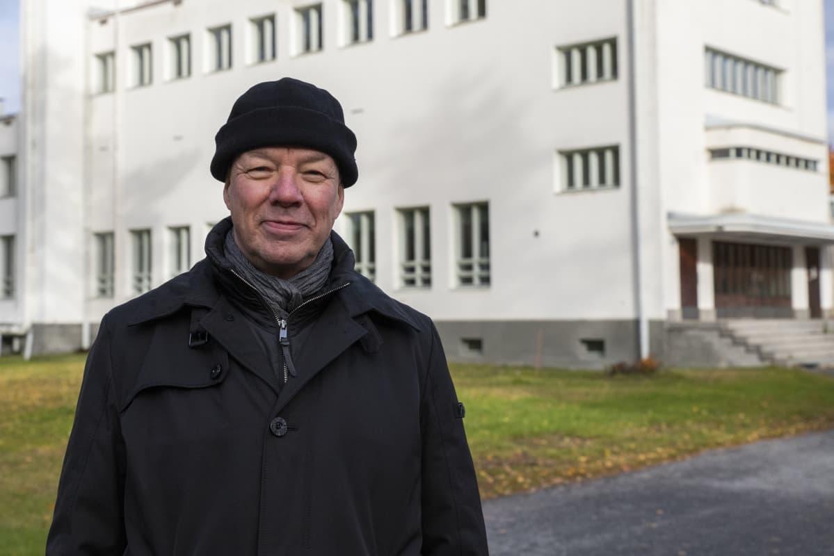 Rajavartiolaitoksen esikunnan, Eteläisen alueen kiinteistöpäällikkö Eero Ahonen Immolan kasarmialueella.