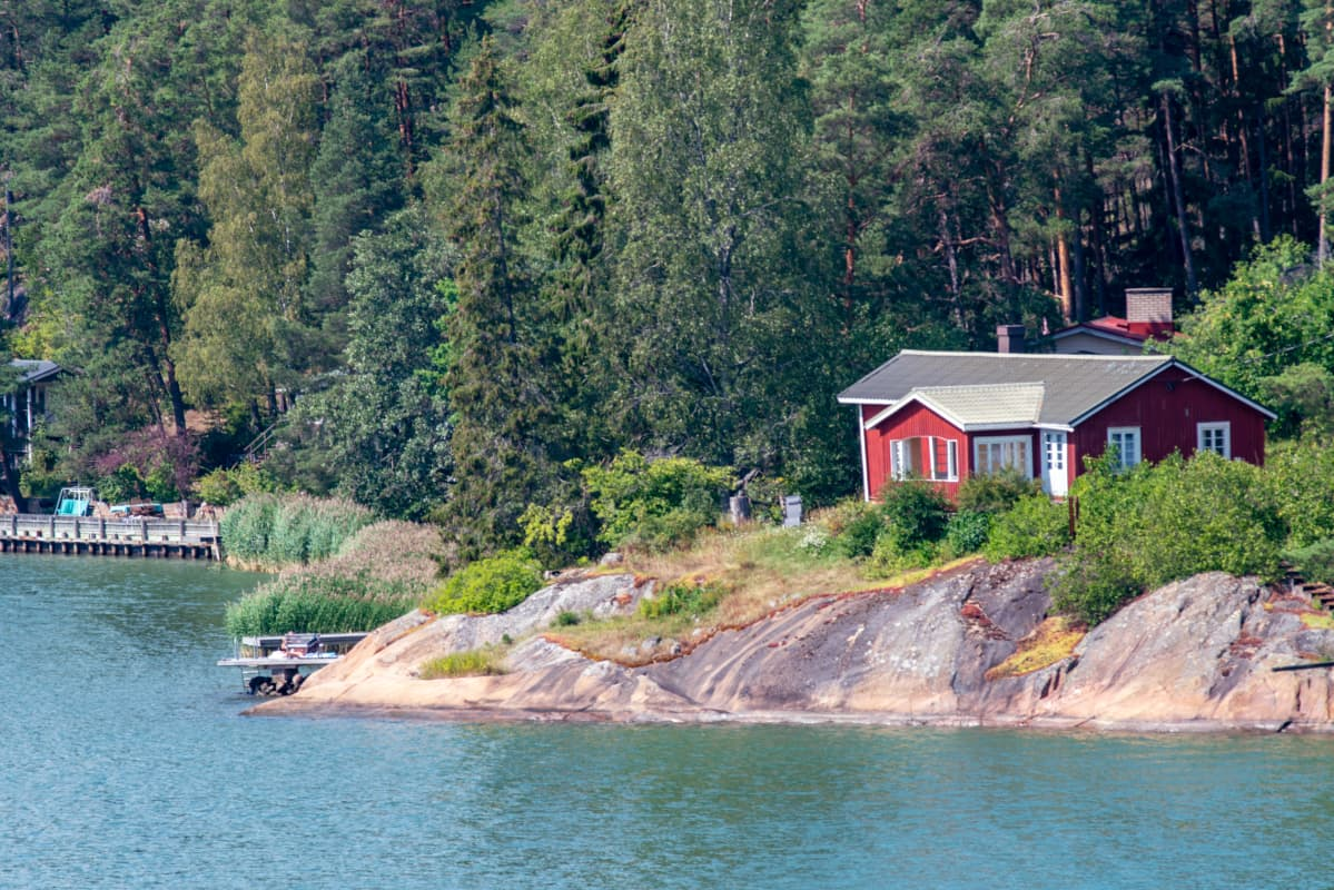 Kesämökki kallioisella rannalla Turun saaristossa