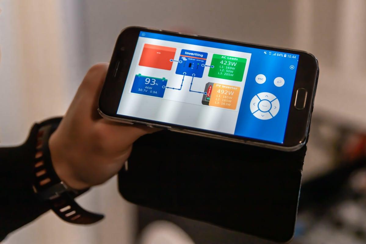 Aurinkovoimalan reaaliaikainen sähkönkulutus -ja tuotanto kännykkäsovelluksessa, josta voi katsoa paljonko aurinkovoimalta tuottaa sähköä.