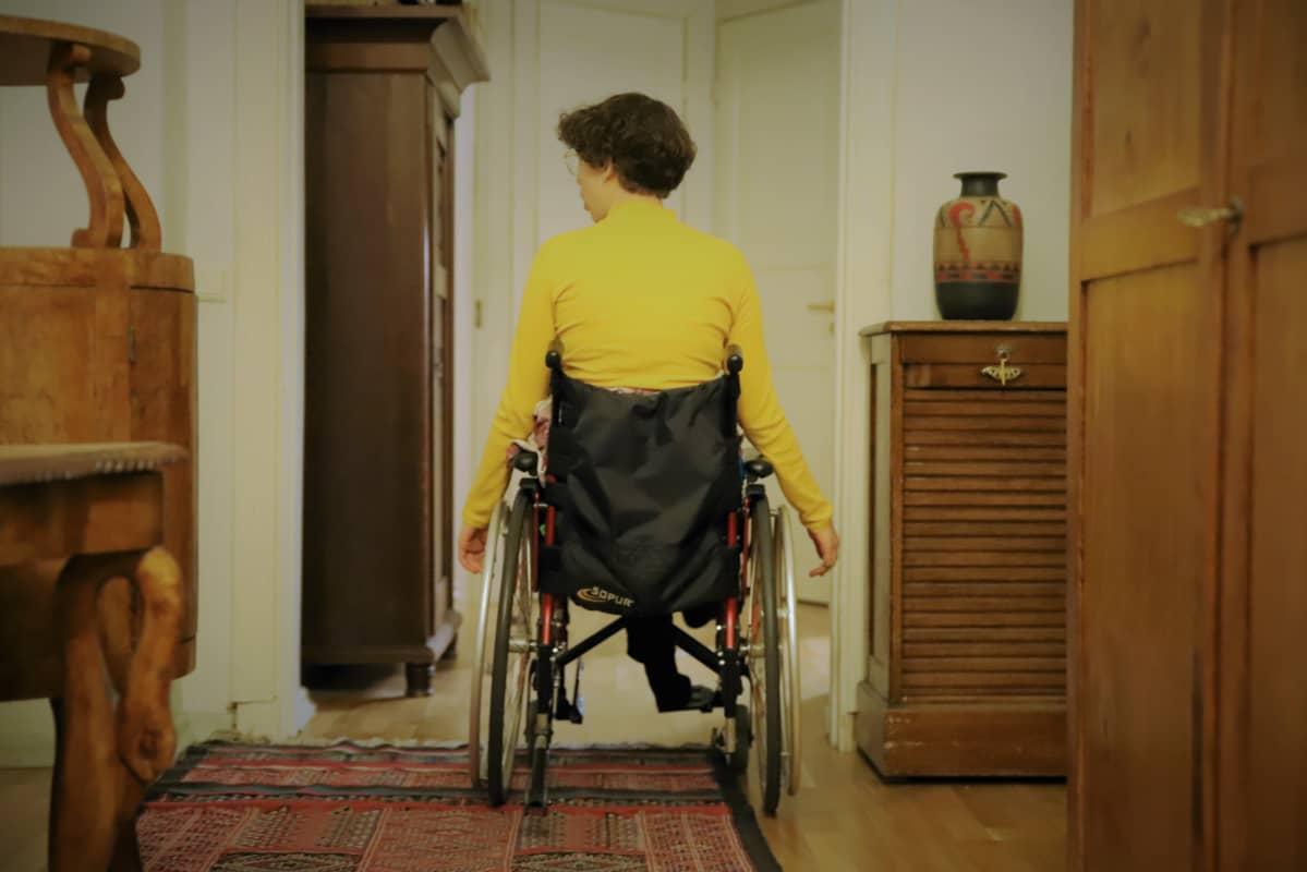 Alva Fontell liikkuu pyörätuolilla.