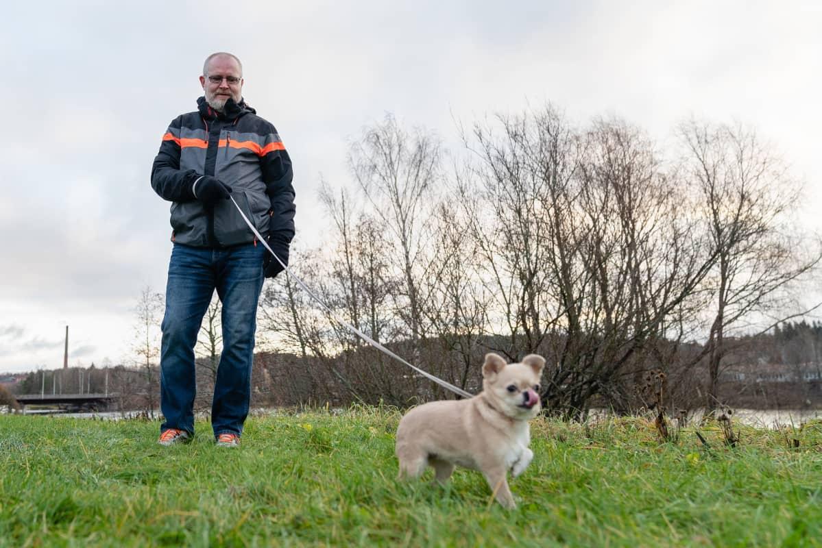 Jari Lindströn ulkoiluttamassa Nani-koiraa