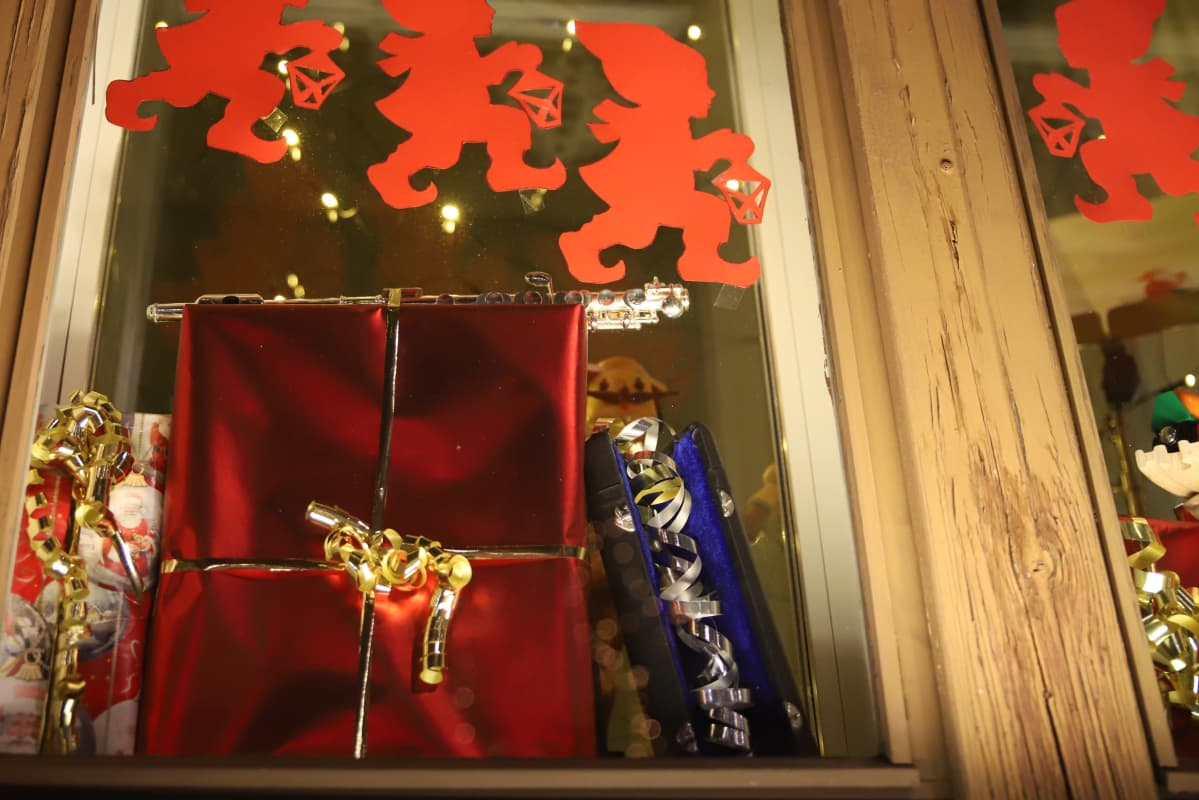 lahjapaketti ja soittimia ikkunassa