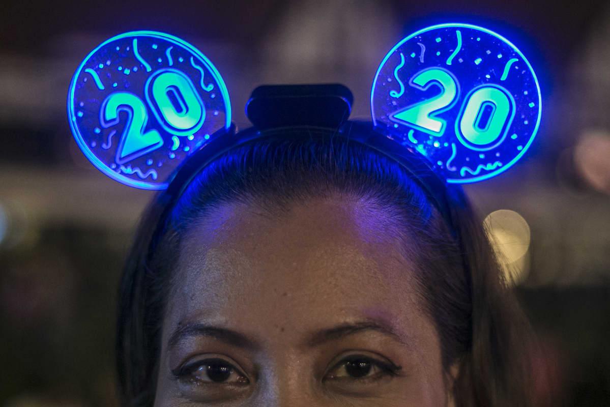 Nainen päässään siniset 2020-valot.