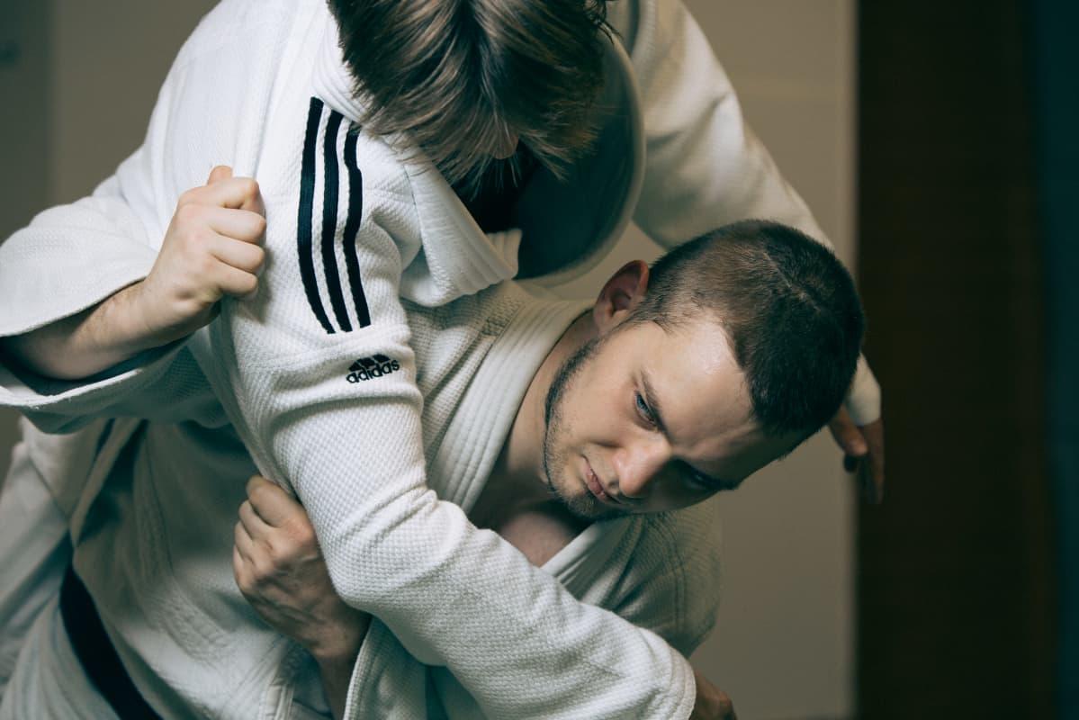 Eelis Paukku heittää judotreeneissä vastustajaansa