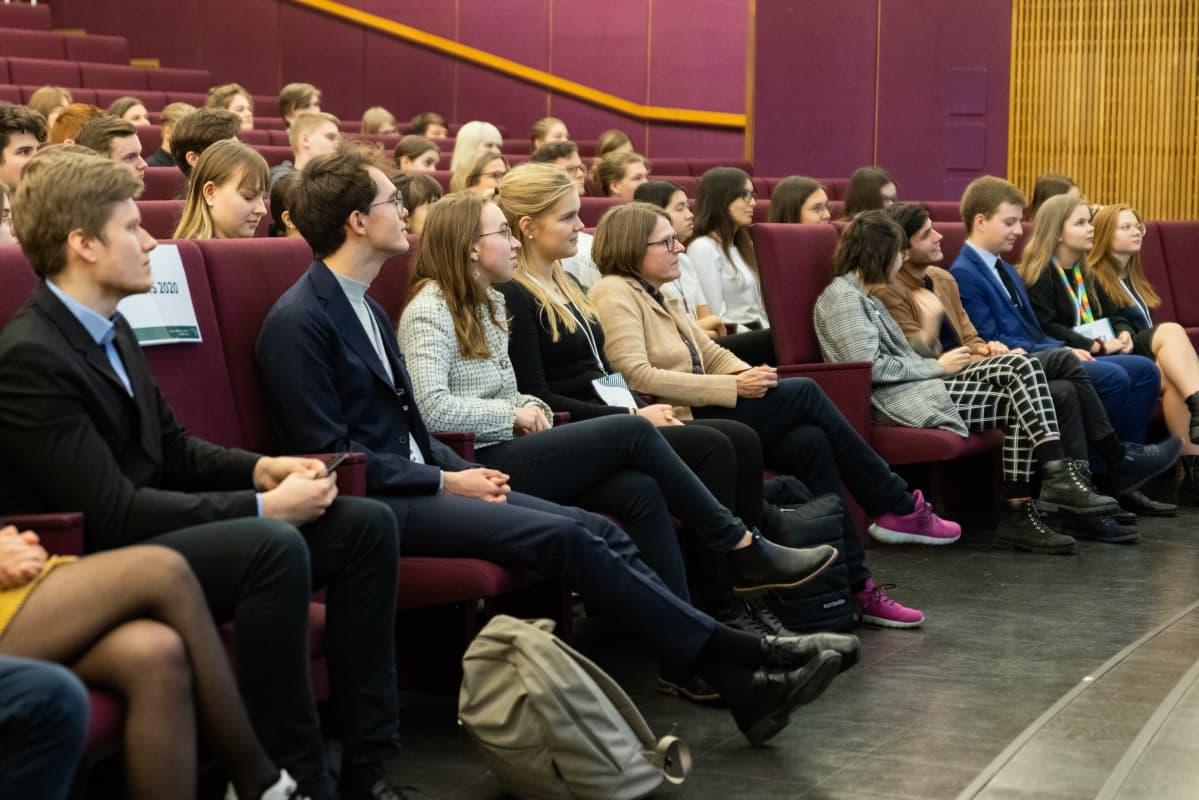 Tammerkosken lukion nuorisoparlamentti -tapahtuma, yleisöä ja Heidi Hautala