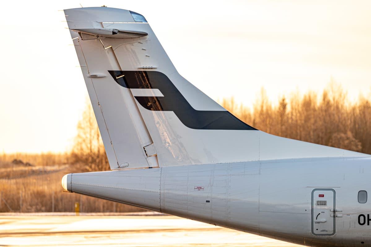 Fonnairin lentokoneen pyrstö Pirkkalan lentokentällä.