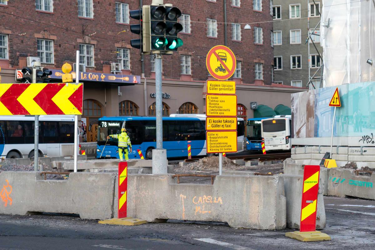 Katutyömaa Hämeentiellä Helsingissä.