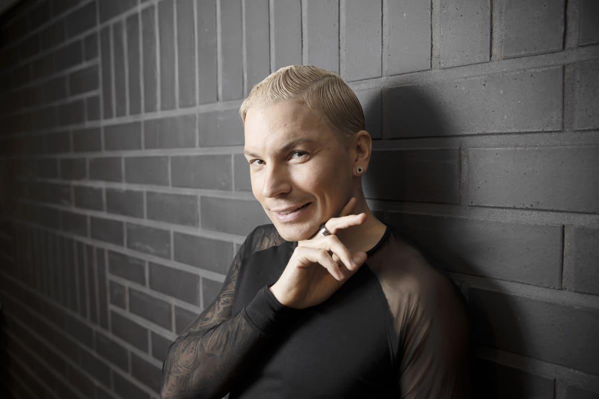 Antti Tuisku poseeraa