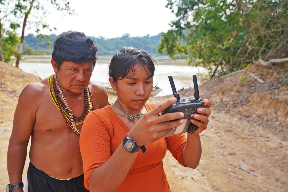 Munduruku-intiaanit Juarez Saw ja Aldira Akai käyttävät droonia laittomien hakkuiden arviointiin.