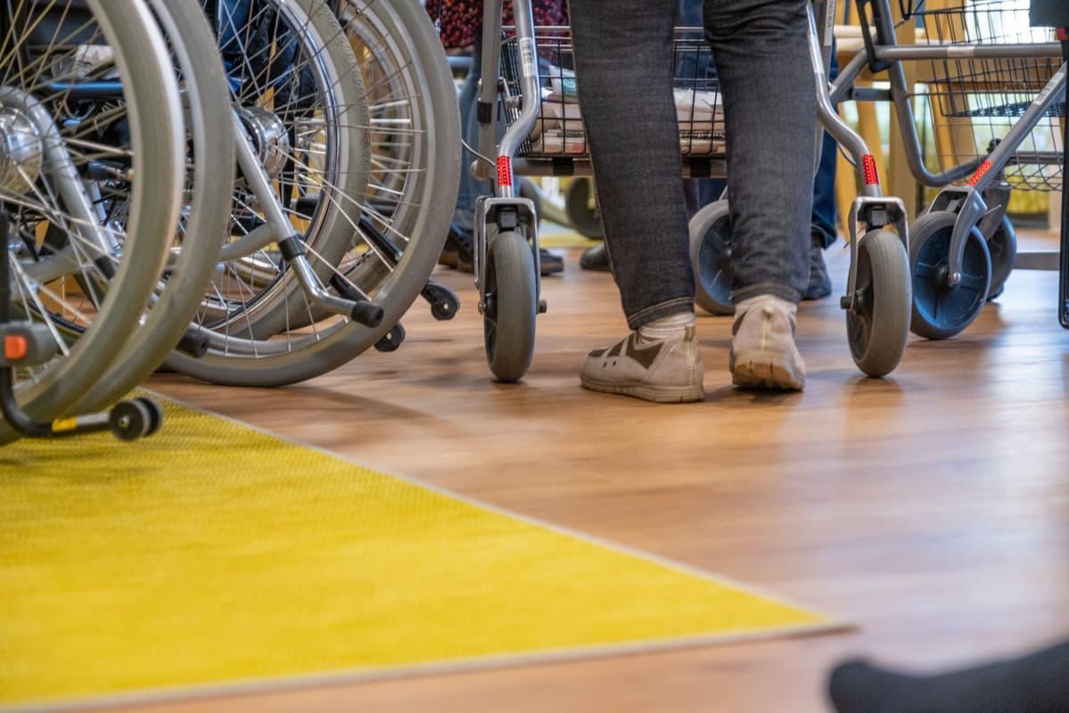 Pyörätuoleja ja rollaattori Myyrmäen vanhustenkeskuksessa.