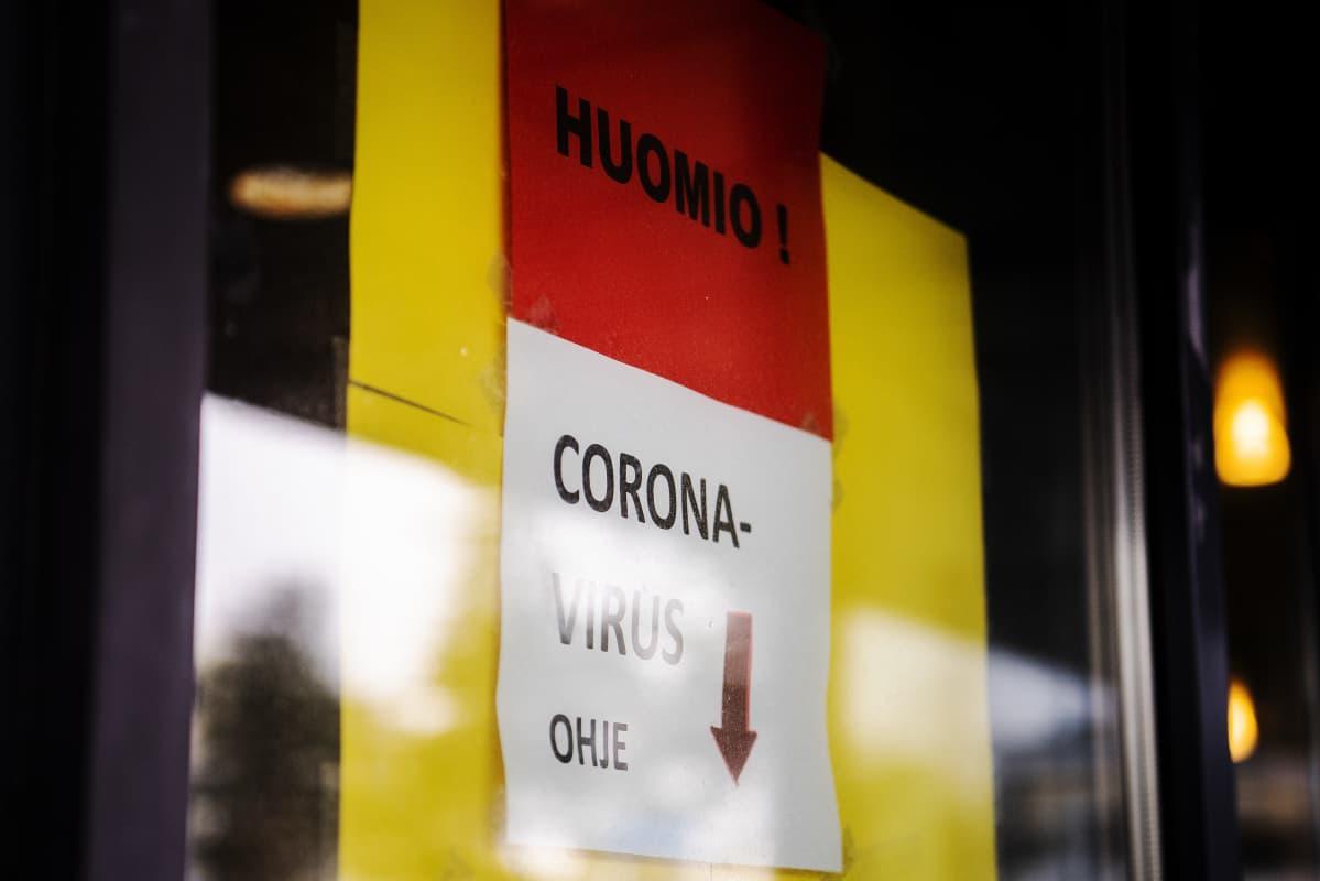 Helsingin Haartmanin sairaalan ikkunoissa on lappu, jossa pyydetään koronavirustartuntaa epäileviä soittamaan sairaalan ennen sisääntuloa.
