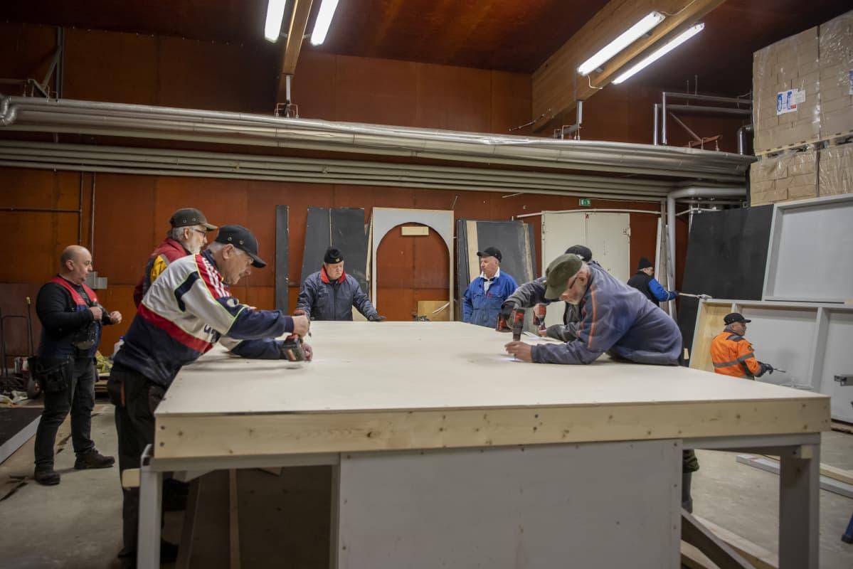 Ilmajoen musiikkijuhlien lavasteita rakennetaan.