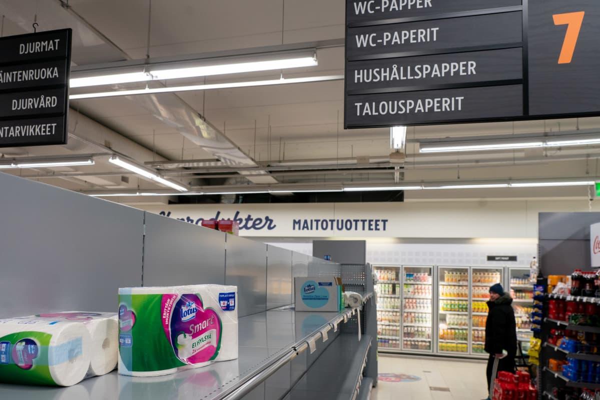 Tyhjä WC-paperihylly kaupassa.