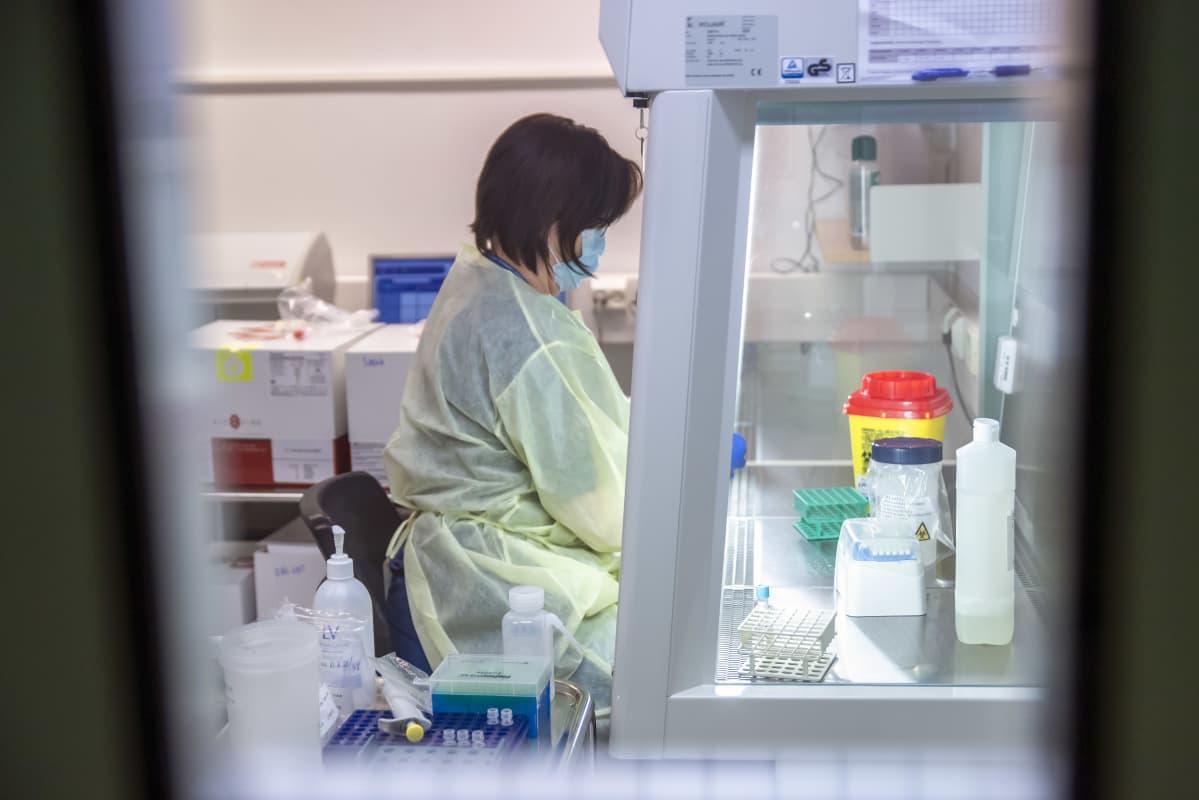 Sairaanhoitaja tekee koronavirustestiä