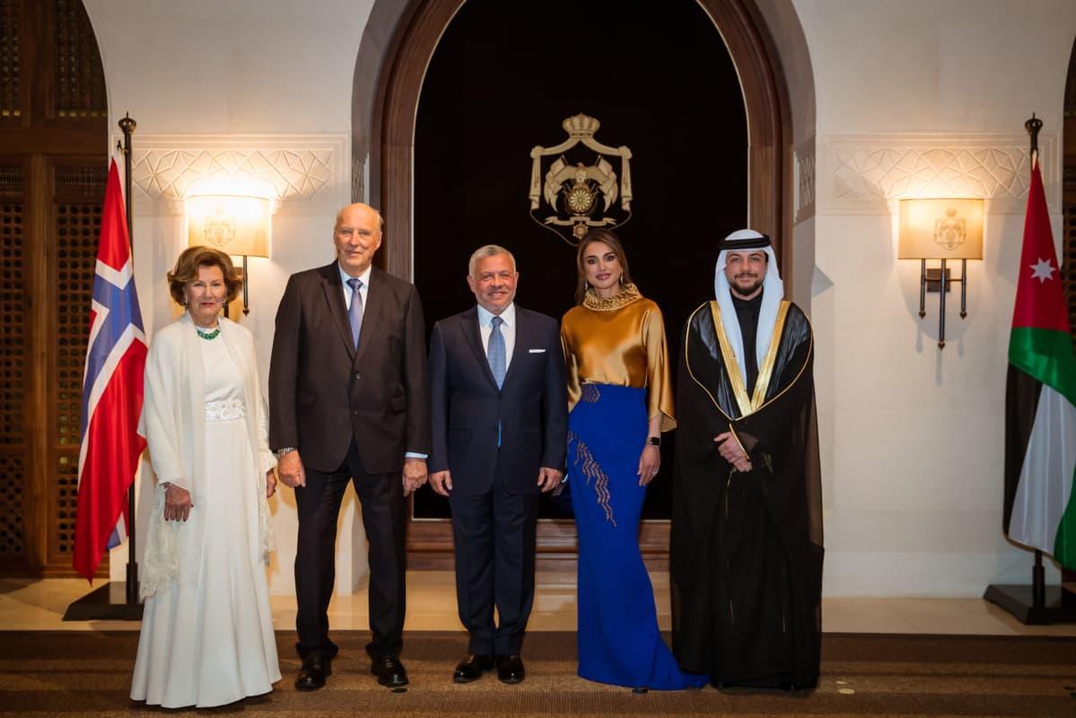 Kuningatar Sonja, kuningas Harald, kuningas Abdullah, kuningatar Rania ja kruununprinssi Hussein rinnakkain.