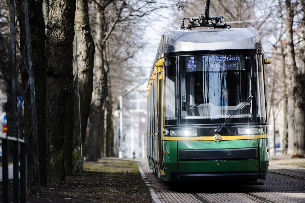 Kuvassa on raitiovaunu Munkkiniemen puistotiellä.