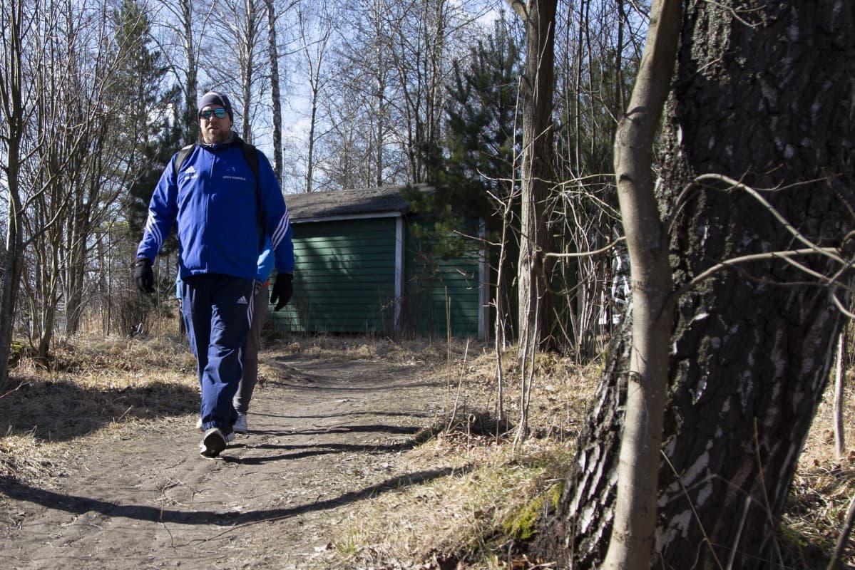 Miika Korpela on kävelyllä Kivinokan ulkoilualueella Helsingissä.
