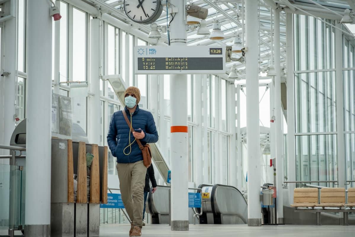 Ihminen kävelee Vuosaaren metroasemalla.
