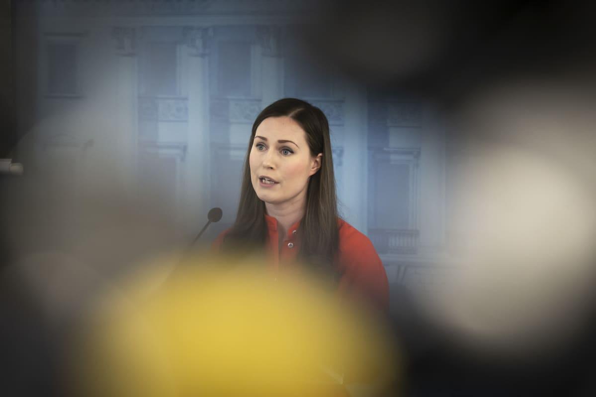 Pääministeri Sanna Marin Valtioneuvoston tiedotustilaisuudessa 1.4.2020.